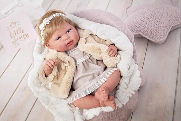 Imagen de muñeca reborn leire con peluche